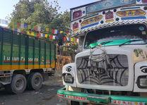 Kleurrijke trucks in Samdrup Jongkhar - Bhutan - foto: Mieke Arendsen