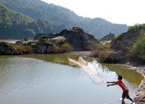 Laos-Mekong-jongen-aan-het-vissen - foto: pixabay