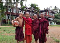 Myanmar - Inle Lake - jonge monikken - foto: Daniel de Gruiter