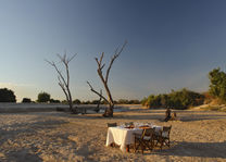 Time Tide Nsolo - riverbed dineren - South Luangwa - Zambia - foto: Time Tide Nsolo