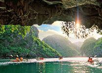 Vietnam - Lan Ha Bay - Halong Bay - kajakken - grot - foto: Indochine Cruise