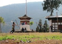 badminton over elektriciteitskabel - Bhutan - foto: Mieke Arendsen