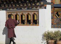 man draait aan gebedsmolens in Bhutan - Bhutan - foto: Mieke Arendsen