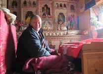 monnik in altaarkamer in homestay - Bhutan - foto: Mieke Arendsen