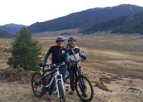 mountainbiken Phobjikha voorkant - Phobjikha - Bhutan - foto: Pema Dendup