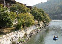 raften bij Punakha Dzong (1) - Punakha - Bhutan - foto: Mieke Arendsen