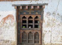 venster van oude farmhouse in Bhutan - Bhutan - foto: Mieke Arendsen