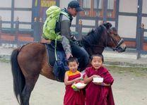 ruiter met novices - Bumthang - Bhutan - foto: Sonam Loday