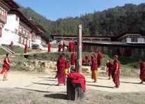 volleybal bij Khotokha klooster oost-Bhutan - Mongar - Bhutan - foto: Sonam Loday