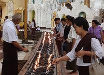 bidden - Schwedagon pagode - Yangon - Myanmar - foto: Daniel de Gruiter