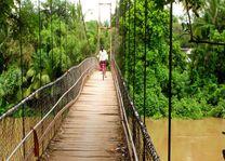 meisje op de fiets op een brug - Cambodja