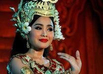 Vrouw tijdens Traditional Dance Show in Phnom Penh - Phnom Penh - Cambodja - foto: Janneke Zwiers