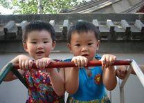 2 meisjes speeltuin - Beijing - China - foto: Berry ter Horst