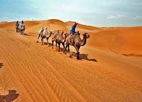 Taklamakan woestijn en desert highway Zijderoute - China zijderoute - China - foto: agent