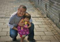meisje met gids op de grote muur - China - foto: Daniel de Gruiter