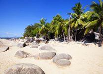 strand met rotsen in Sanya - Sanya - China - foto: rechtenvrij