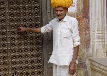 man met gele tulband - India