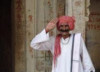 man met snor en rode muts - Noord-India - India