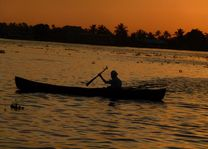 Boot na zonsondergang in de Backwaters - Backwaters - India - foto: Karin Nuijt