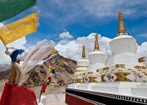 Nepalese vlaggetjes en pagodas, Ladakh - India - foto: Archief