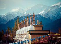 Pagodas en bergtoppen, Ladakh - India - foto: Archief