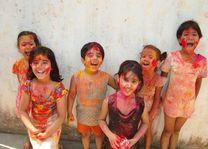 Blije kinderen tijdens het Holi festival - India - foto: archief