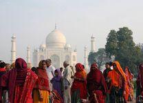 kleurrijke mensen voor de Taj Mahal - India - foto: archief