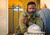 bewaker met snor in Orissa - Orissa - India - foto: archief