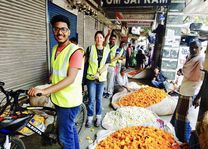 bloemenverkopers tijdens fietstour in Delhi - Delhi - India - foto: Anchit Doegar