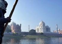 bootsman Yamuna rivier met Taj Mahal - Agra - India - foto: Mieke Arendsen