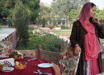 gastvrouw aan tafel - Castle Kanota - India - foto: Mieke Arendsen