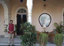 medewerker poseert voor accommodatie - Mandawa Haveli - India - foto: Mieke Arendsen