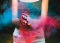 kleurpoeder op handen tijdens Holi festival - India - foto: rechtenvrij