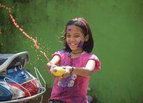 meisje met waterpistool tijdens Holi festival - India - foto: rechtenvrij