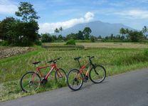 fietsen bij berg tijdens fietstocht - Bukkitinggi - Indonesië - foto: Karin