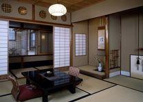 zitje in de kamer in Sumiya Ryokan Kyoto - Sumiya Ryokan Kyoto - Japan