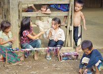 Laos - Luang Namtha - spelende kinderen homestay