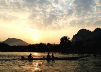 Zonsondergang met bootje op Mekong River - Mekong River - Laos - foto: Agent