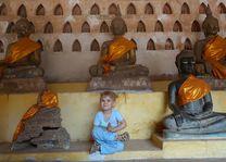 meisje in tempel Vientiane - Laos - foto: Archief