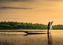visser op bootje in Laos - Laos