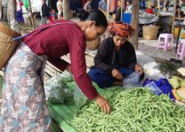 lokale markt en stammen - Samkar Meer - Myanmar - foto: Daniel de Gruiter