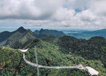 Loopbrug - uitzicht over de bergen - Langkawi - Maleisië - foto: unsplash