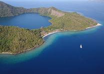 luchtfoto van Satonda Island - Sumbawa - Indonesie - foto: Seatrek Bali