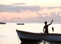 jongetje aan het vissen - Mauritius - foto: Tourism Board Mauritius