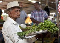 man bij markt op Mauritius - Mauritius - foto: Bamba Sourang