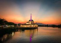 Staatsmoskee in Kuching - zonsondergang - Sarawak - Maleisië - foto: unsplash