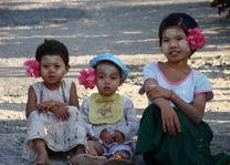 kindjes met bloem - Myanmar - foto: Berry ter Horst