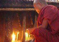 monnik kaarsjes - Myanmar - foto: Berry ter Horst