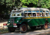 lokale bus Myanmar - Myanmar - foto: Berry ter Horst