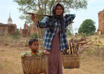 moeder kind in mand - Bagan - Myanmar - foto: Berry ter Horst